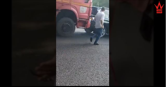 Russian truck driver has no time for road raging couple